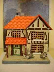 Sch�nes altes Puppenhaus aus Holz, f�r kleine Puppen. Vintage doll house, made of wood, for little dolls
