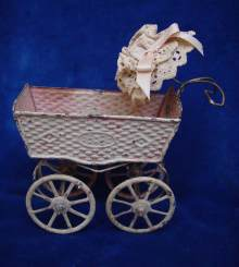 Antiker Puppenwagen, Blech handlackiert, um 1900. Antique Doll Pram, made of tin, made about 1900.