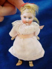 Antike Puppenstubenpuppe um 1900. Antique doll, made c1900.