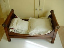 Antikes Puppenbett, Biedermeier um 1820. Antique doll bed, c1820.