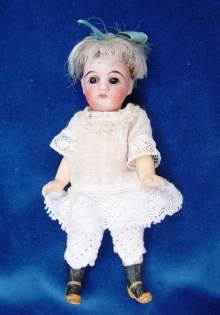 Antike M�dchen Puppe, um 1900. Antique doll, a super sweet Mignonette made about 1900.