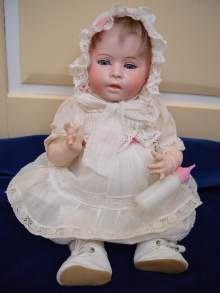 Antike Porzellankopfpuppe, seltenes Charakterbaby von Swaine & Co, um 1910. Antique bisque head doll, rare characterbaby by Swaine & Co., made about 1910.